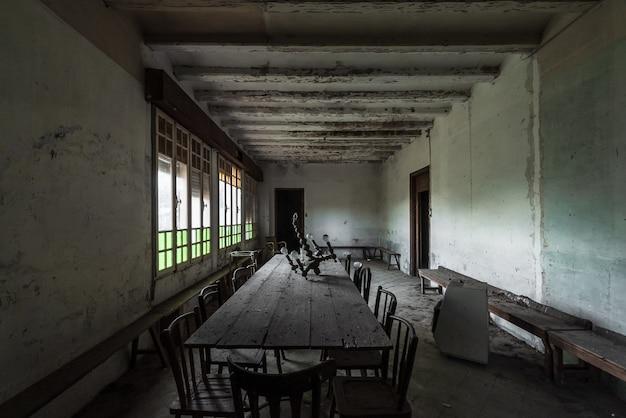 Innenraum eines verlassenen hauses mit großen fenstern