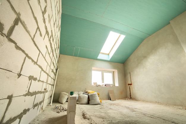 Innenraum eines wohnzimmers mit nackten wänden und decke im bau.
