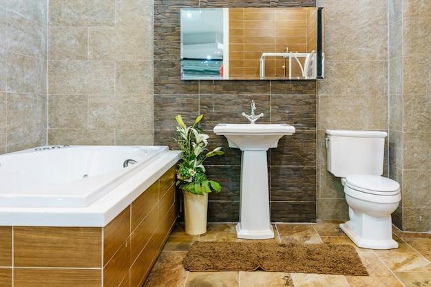 Innenraum eines zeitgenössischen badezimmers mit badewanne