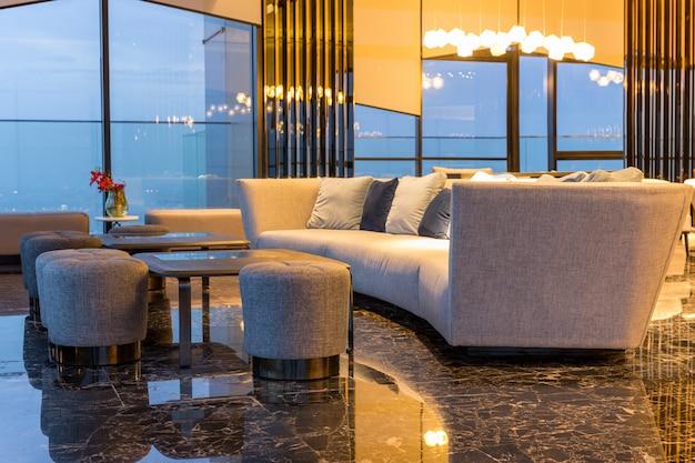 Innenraum mit modernem sofa und marmorboden in der luxuslounge.