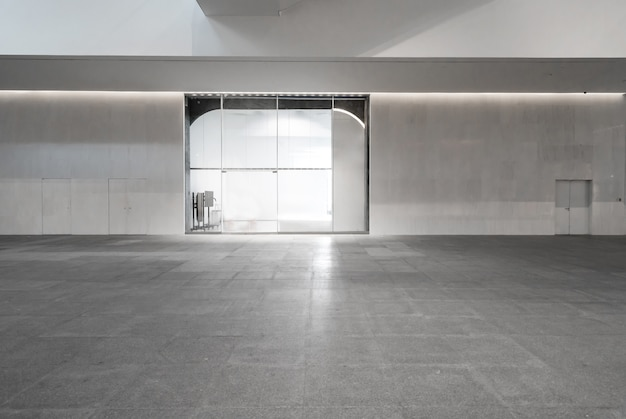 Innenraum, weiße wände und glasfenster