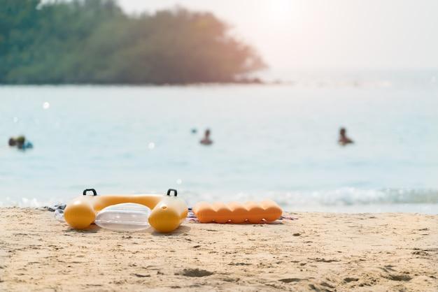 Innenschlauch des sommerstrandschwimmringes auf dem strand. tropische strandlandschaft