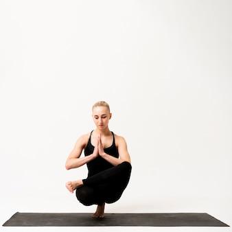 Inneres gleichgewicht auf einem bein stehend