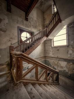 Innerhalb einer verlassenen burg in frankreich