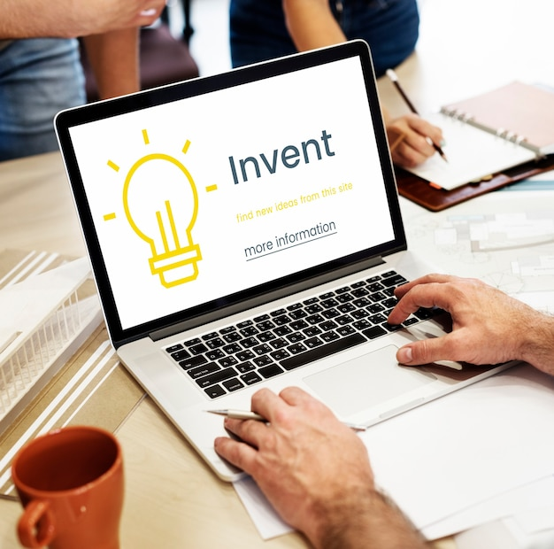 Innovationskonzept auf einem laptop