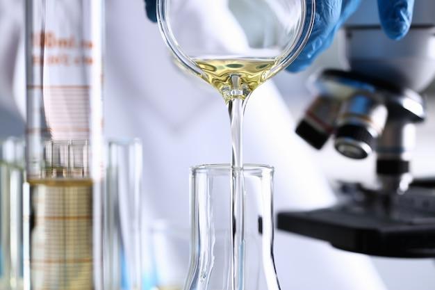 Innovative versorgung mit gelbem flüssigkeitsverschüttetem benzinadditiv