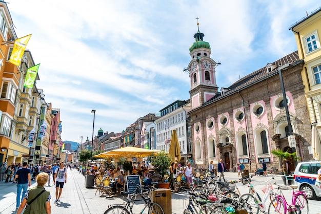Innsbrucker innenstadt mit vielen menschen und straßencafés in innsbruck, tirol, österreich