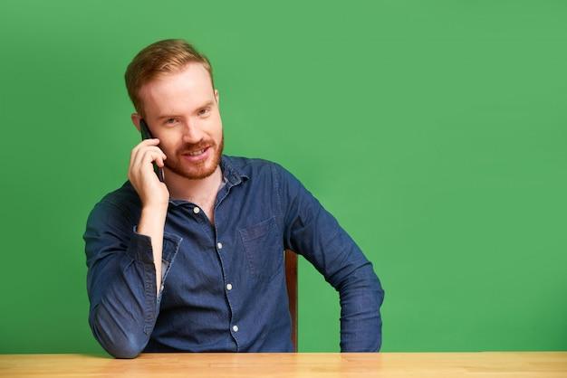 Inrish junger mann, der am telefon spricht