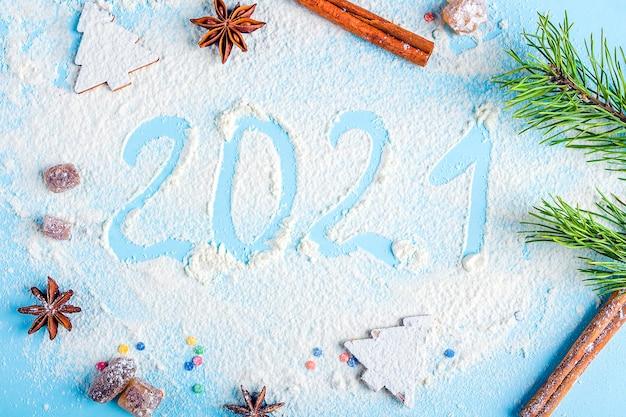 Inschrift 2021 aus mehl auf blauem grund