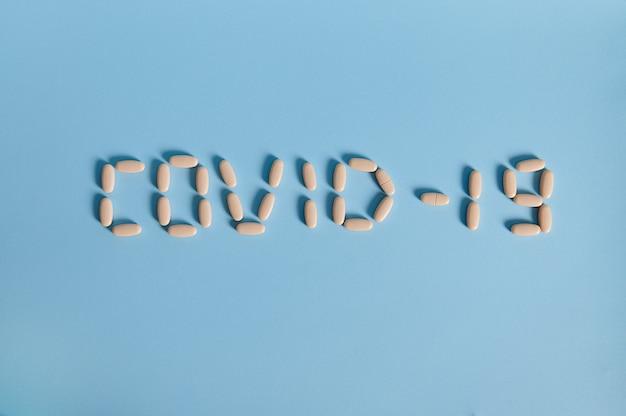 Inschrift covid-19 aus briefen von medizinischen pillen