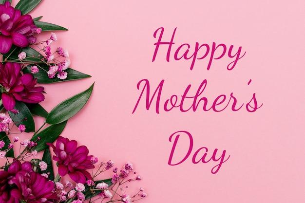 Inschrift happy mother's day.die blätter von ruscus, chrysanthemen und gypsophila.festive konzept