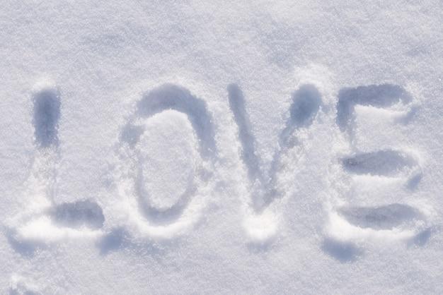 Inschrift liebe auf einem flauschigen schnee