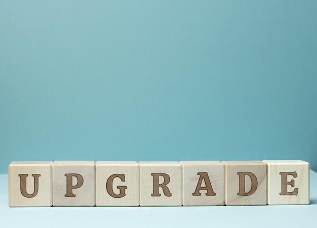 Inschrift upgrade auf holzwürfeln Premium Fotos