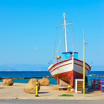 Insel ägina in griechenland. altes fischerboot an der promenade am meer