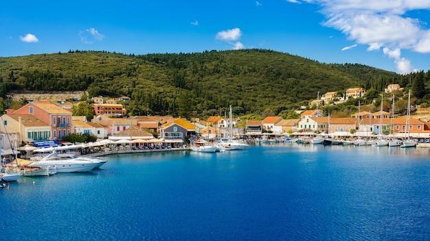Insel griechenland mit sehr schönem hafen und booten kommen auf die insel kefalonia