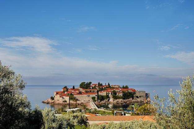 Insel sveti stefan - montenegro - architektur- und naturhintergrund. montenegro.