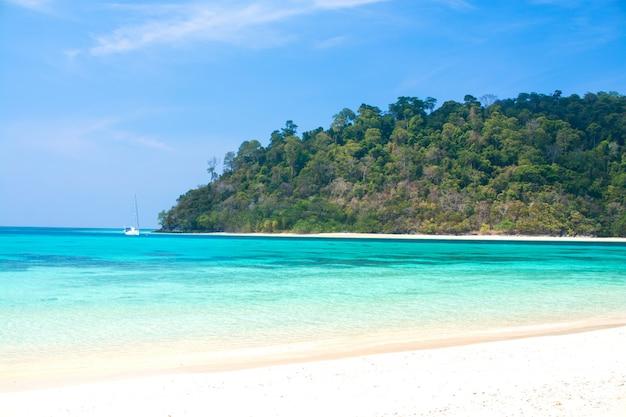 Insel- und seestrand mit klarem blauem wasser