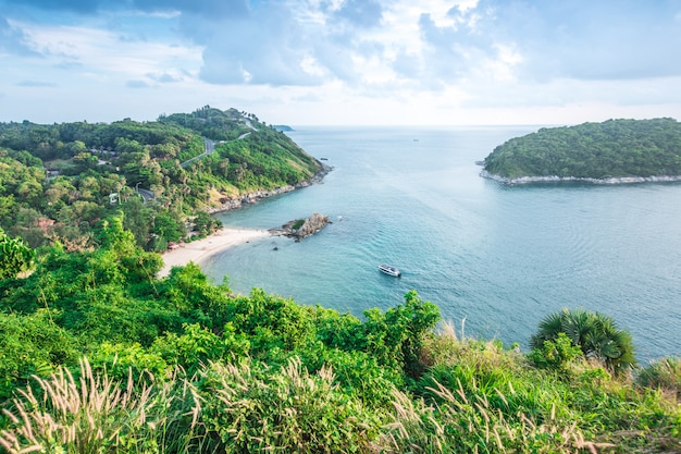 Inselbuchtansicht am windmühlen-standpunkt. phuket, provinz phuket thailand
