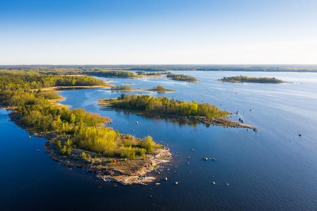 Inseln des meeres mit campingzelten luftaufnahme.
