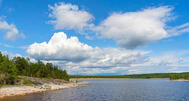 Inseln im ladogasee. wunderschöne landschaft - wasser, kiefern und felsbrocken.