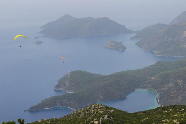 Inseln im meer und in den bergen