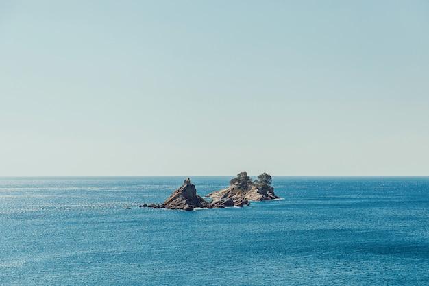 Inseln katic und st. sonntag mit kirche in montenegro