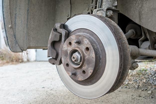 Inspektion einer alten bremsscheibe, die ausgetauscht werden muss