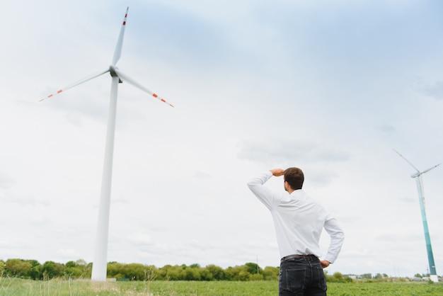 Inspektion und fortschrittskontrolle des windmühleningenieurs der windkraftanlage auf der baustelle.