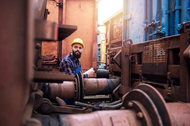 Inspektion von güterwagen und frachtversand am bahnhof