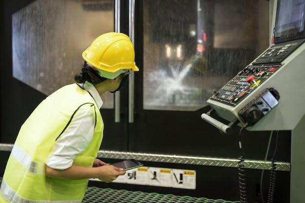 Inspektor prüfen metallbearbeitungsdrehmaschine