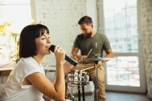 Inspiration. musikerband, die am kunstarbeitsplatz mit instrumenten zusammen jammt.