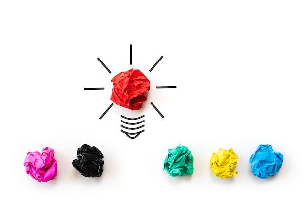 Inspiration und großartige idee konzept. glühbirne mit zerknittertes buntes papier