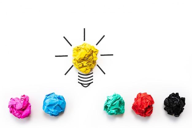 Inspiration und tolles ideenkonzept. glühbirne mit zerknittertem buntem papier