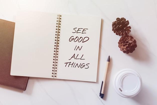Inspirierend motivierendes zitat auf notizbuch mit kiefernkegel, kaffeetasse und stift