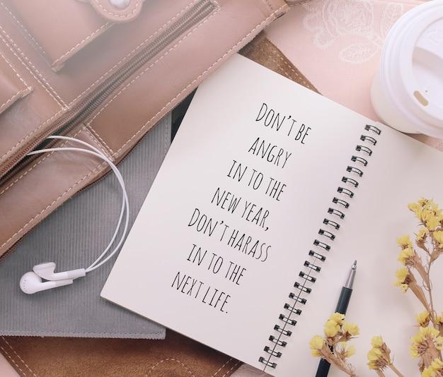 Inspirierend motivierendes zitat auf notizbuch mit weinlesefilter