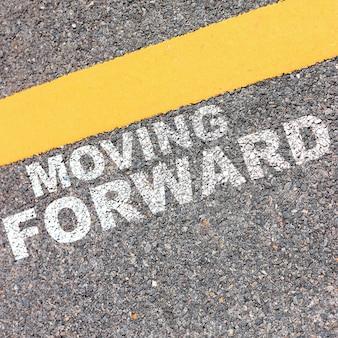 Inspirierende typografische zitat. vorwärts bewegen.