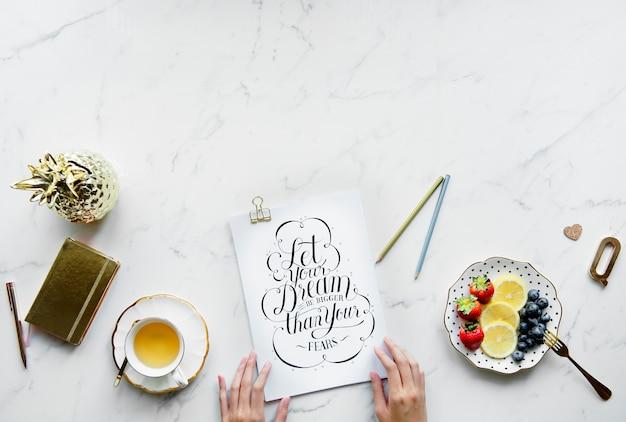 Inspirierender text des flatlay kopienraumes und des weinlese klischees