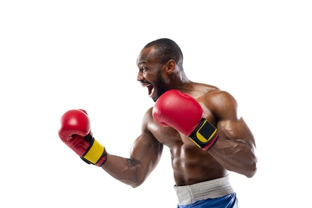 Inspiriert. lustige gefühle des professionellen boxers lokalisiert auf weißem studiohintergrund. spannung im spiel, menschliche emotionen, gesichtsausdruck und leidenschaft mit sportkonzept.