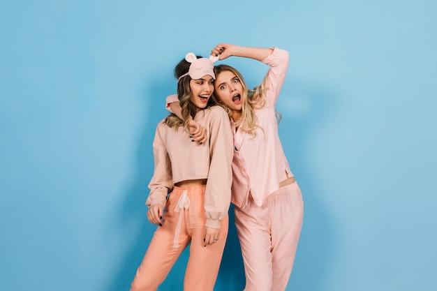 Inspirierte frauen posieren auf pyjama-party