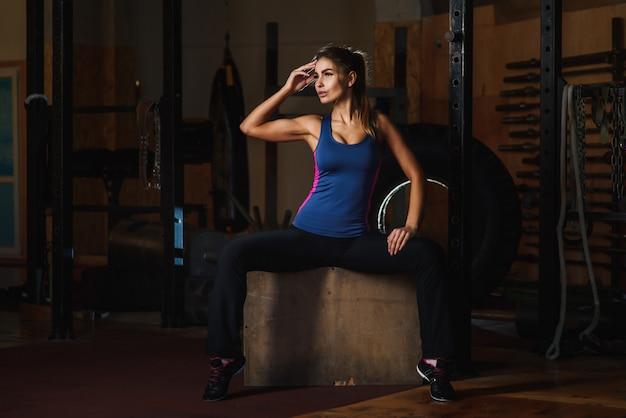 Inspiriertes frauenlächeln im fitnessstudio