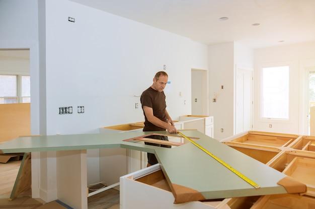 Installation der küchenarbeitsplatte aus laminat