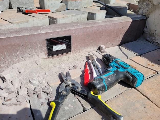 Installation der lampe in einem betonbordstein. selektiver fokus