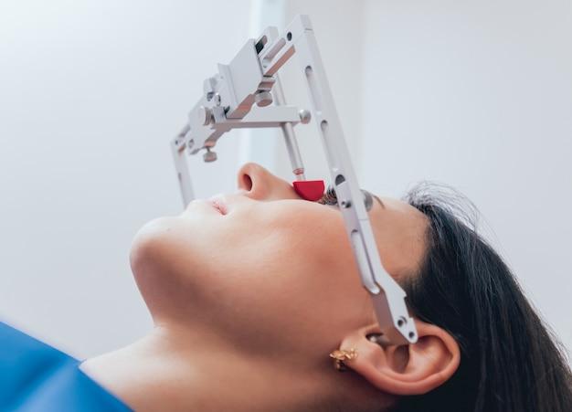Installation des gesichtsbogens. funktionsdiagnose.