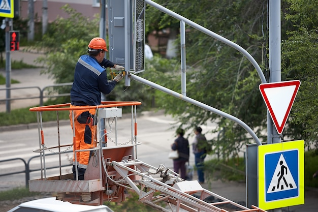 Installation einer ampel auf einem aufzug am nachmittag in der stadt von syzran russia.
