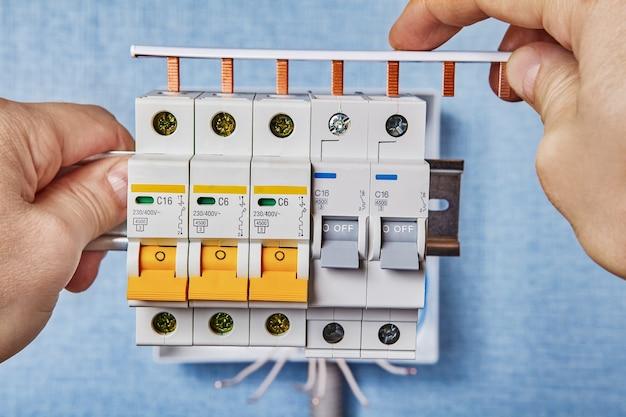Installation einer neuen verbrauchereinheit mit automatischen sicherungen.