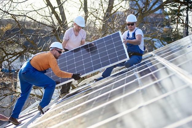 Installation einer solar-photovoltaik-anlage auf dem dach des hauses