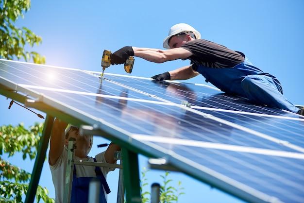 Installation eines eigenständigen solar-photovoltaik-panelsystems