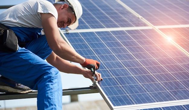 Installation eines eigenständigen solarpanelsystems, erneuerbare grüne energie