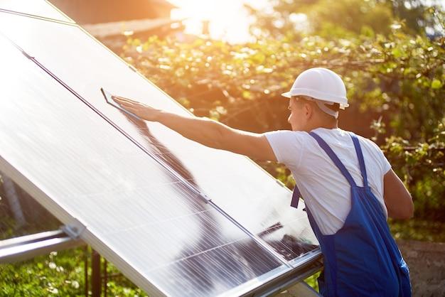 Installation eines eigenständigen sonnenkollektorsystems, erneuerbare grüne energie
