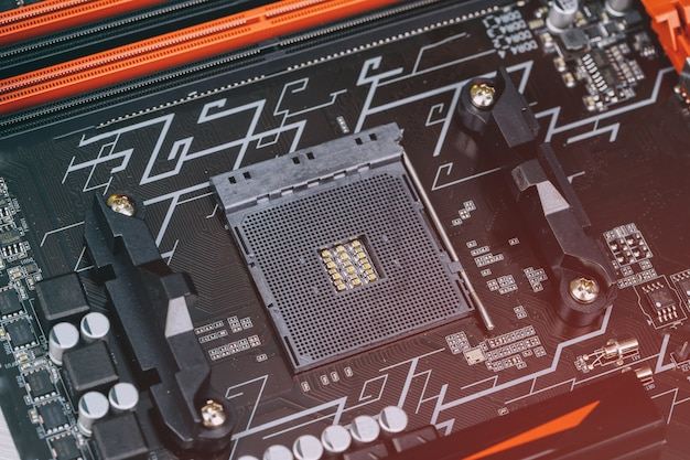 Installation eines modernen prozessors im cpu-sockel auf dem motherboard
